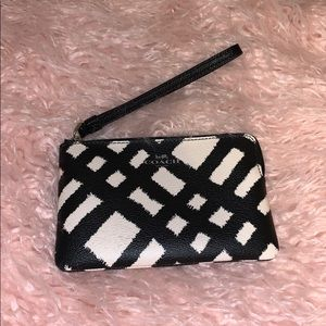 ❤️❤️🌺COACH SMALL BLACK & WHITE WRISTLET🌺❤️❤️